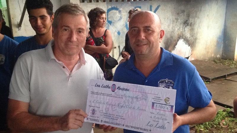 Remise du chèque pour les enfants du Rugby Club Kourou